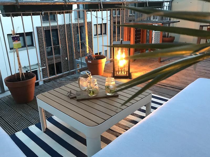 Terrassengestaltung-Outdoor-Lounge-Tchibo-Beleuchtung-Pflanzen