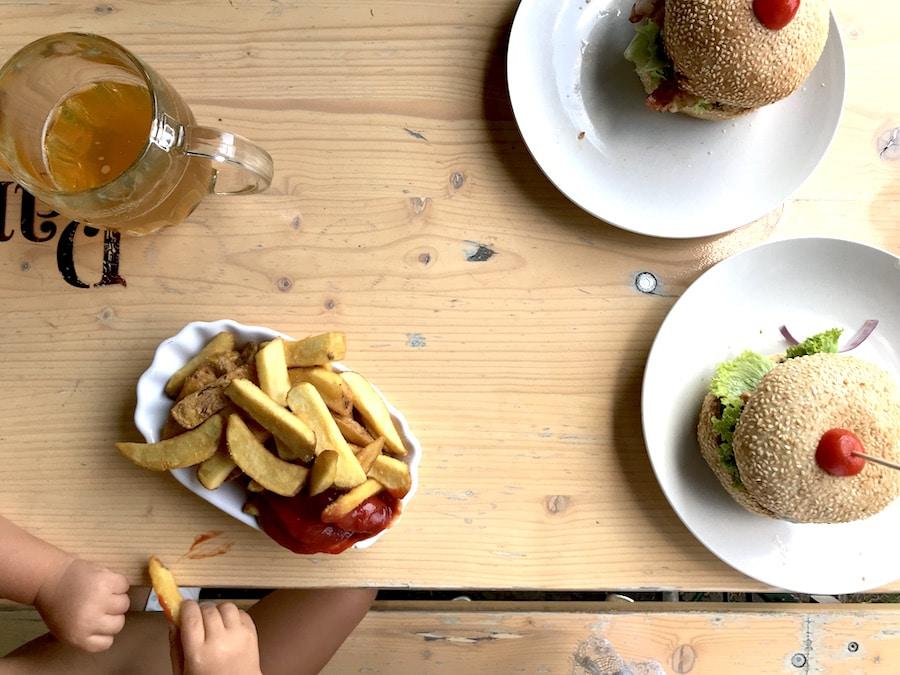 Supermom-Mamablog-Biergarten-Berlin-Burger