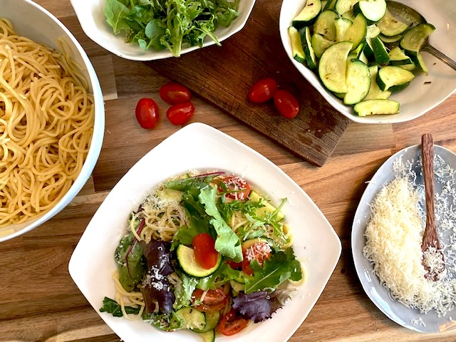 Schnelle Küche: Spaghetti aglio e olio mit Zitrone und Zucchini